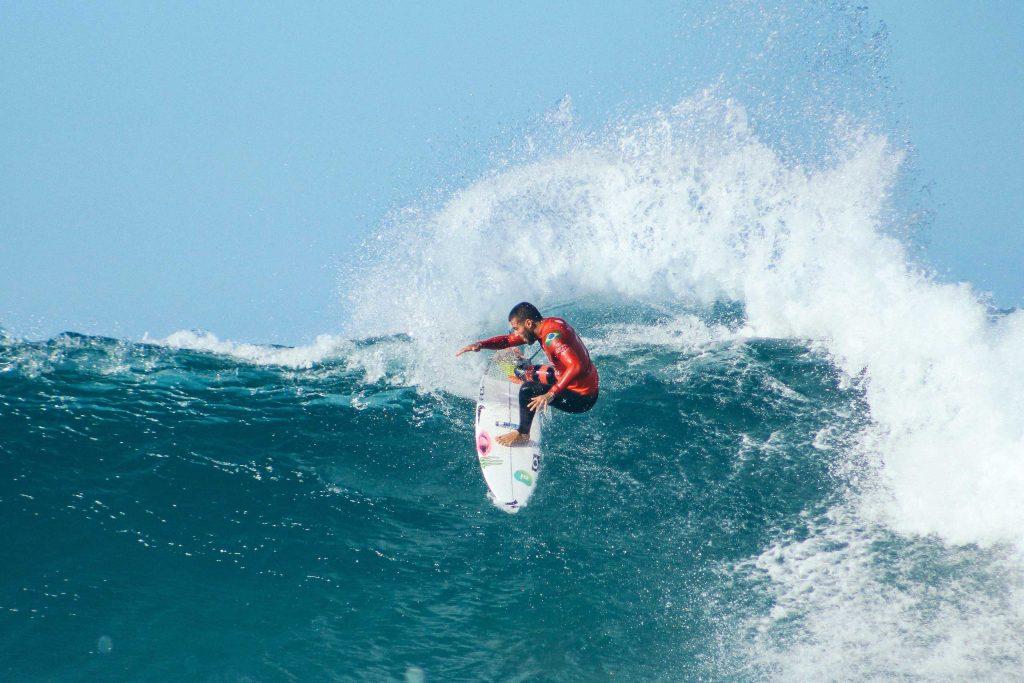 Venez surfer sur nos belles plages ! C'est juste à côté de la fenêtre de votre chambre d'hôtel !